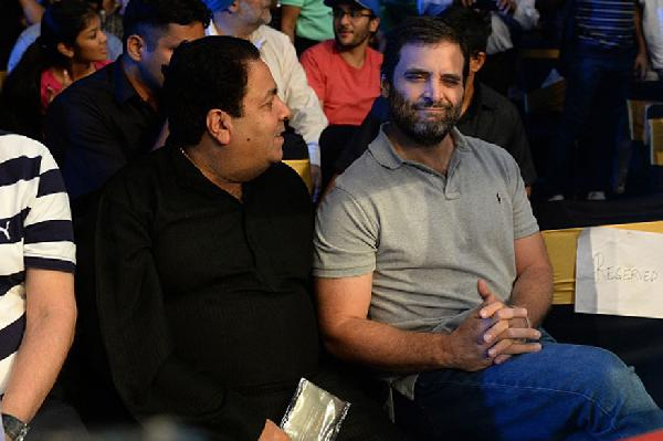rahul gandhi booed by crowd during vijender singh s title clash